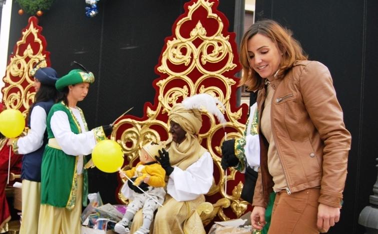 Los Reyes Magos recogen las cartas de los niños isleños y visitan a los mayores