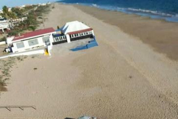 Avistan en la playa de Urbasur dos todoterrenos calcinados