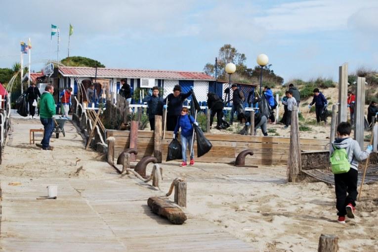 Más de 200 voluntarios en la Campaña de Limpieza de las playas de Isla Cristina