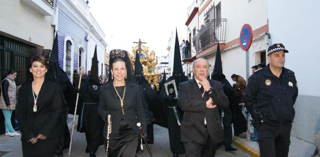 Cientos de isleños y visitantes disfrutan un año más del del Viernes Santo en Isla Cristina