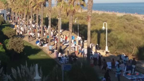 La FOE y Huelva Comercio, «alarmados» ante los manteros que «inundan» Islantilla y La Antilla