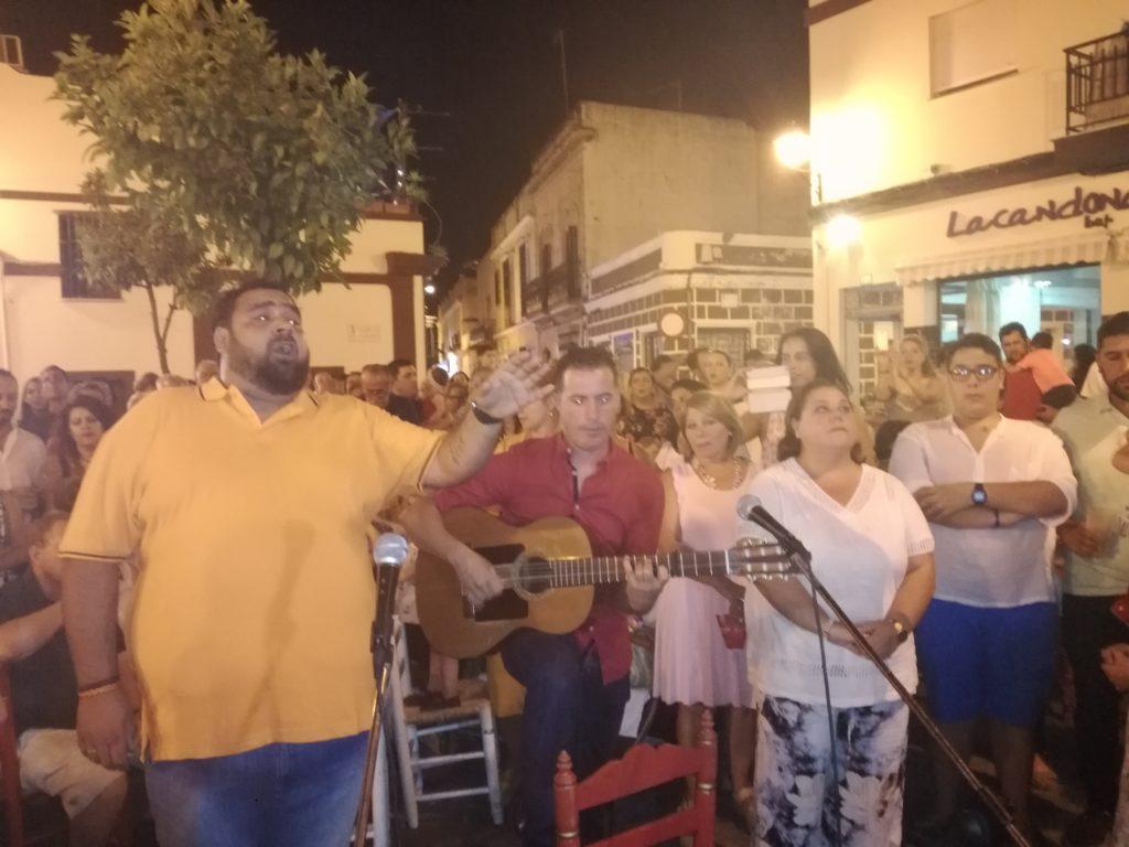 José Manuel Villalta, Mª Carmen Verdún y José Antonio Monclova cantan la salve rociera de isla