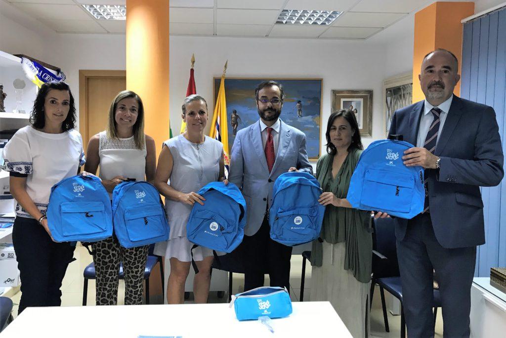 El ayuntamiento de Isla Cristina recepciona las mochilas escolares donadas por Fundación La Caixa