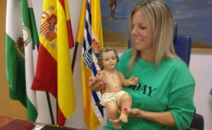 La alcaldesa isleña recupera al Niño Jesús del Belén Municipal